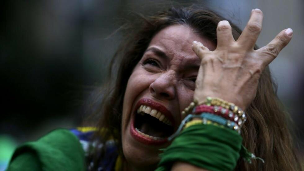SØNDERKNUSTE: Brasils tilhengere er oppløst i tårer, etter at laget blir knust av Tyskland i VMs semifinale. (AP Photo/Bruno Magalhaes)