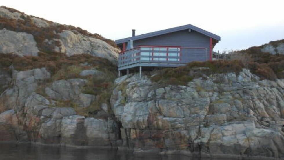 FØR:  Dette var hytta som ble bygd ulovlig på Kobbholmen i Fjell kommune i 1986. Foto: Fjell kommune.