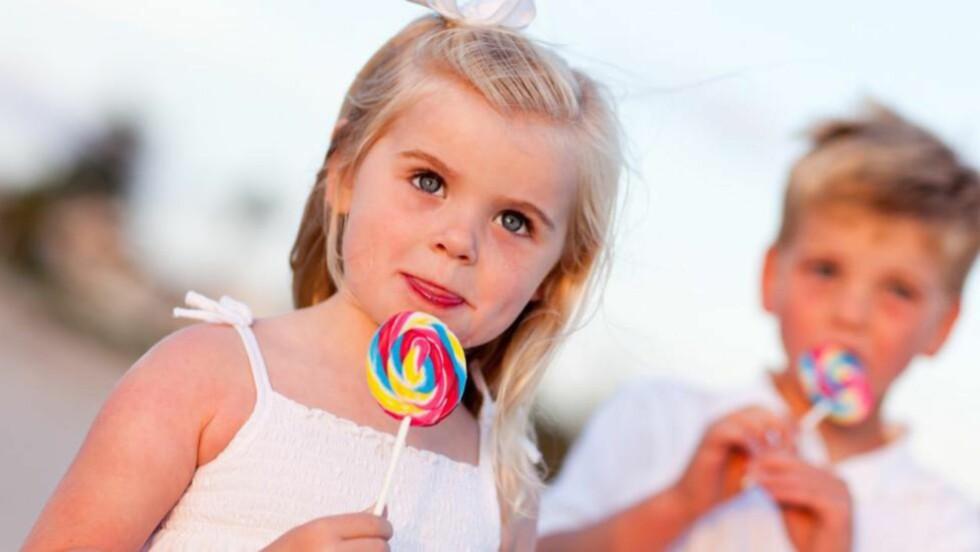 NY UNDERSØKELSE OM SUKKER: Foreldre gir sine søte små for mye søtt. Foto: Colourbox