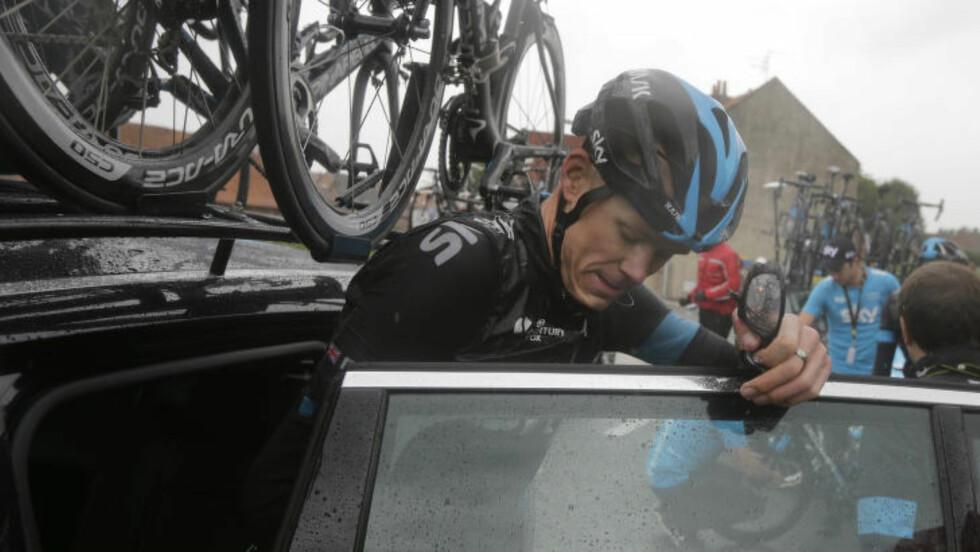 BORT: Kurt Asle Arvesen satt bak rattet da Chris Froome ble kjørt bort. Foto: AP Photo / Laurent Cipriani / NTB Scanpix