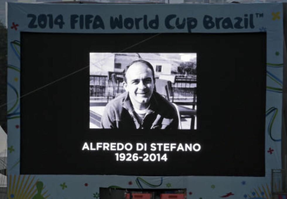 HEDRET: Argentinskfødte Alfredo Di Stefano spilte fotball for Spania. Foto: AP Photo/Hassan Ammar)