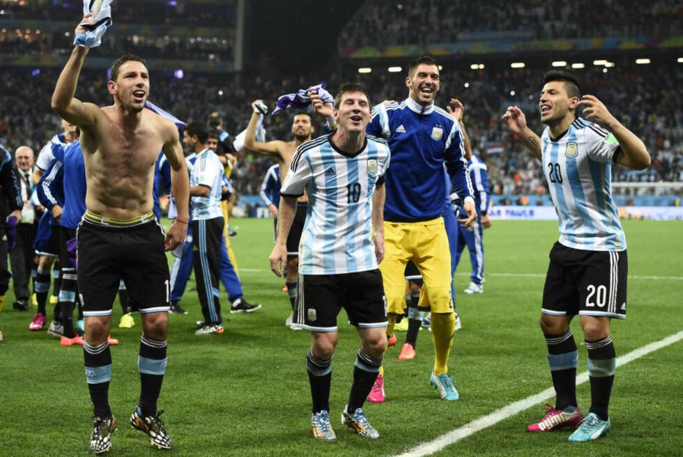 NATTAS GLADESTE:  Lionel Messi i midten av sitt eget lag. Bedre blir det ikke før i VM-finalen på Maracana søndag. FOTO: REUTERS/Dylan Martinez .