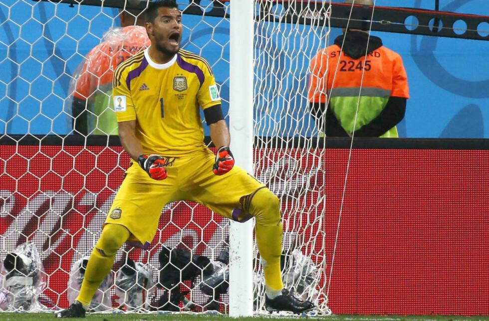 BLE HELT: Sergio Romero reddet to i straffesparkkonkurransen mot Nederland.    REUTERS/Michael Dalder