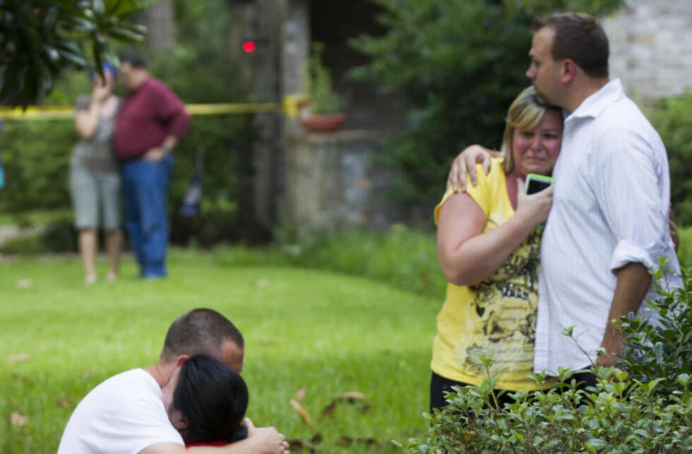 I SJOKK: Naboer omfavner hverandre etter skyteepisoden i Spring i Texas. Foto: AP Photo/Houston Chronicle, Brett Coomer