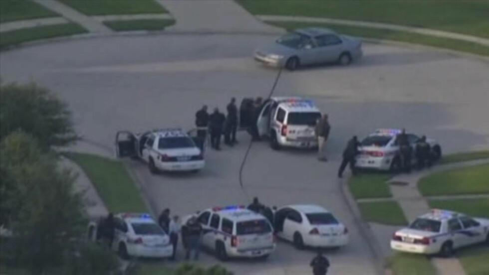 OMRINGET: Her ble den antatte gjerningsmannen bak skytingen i Spring i Texas omringet av politiet. Det tok tre timer før han overga seg. Foto: REUTERS/KPRC-TV