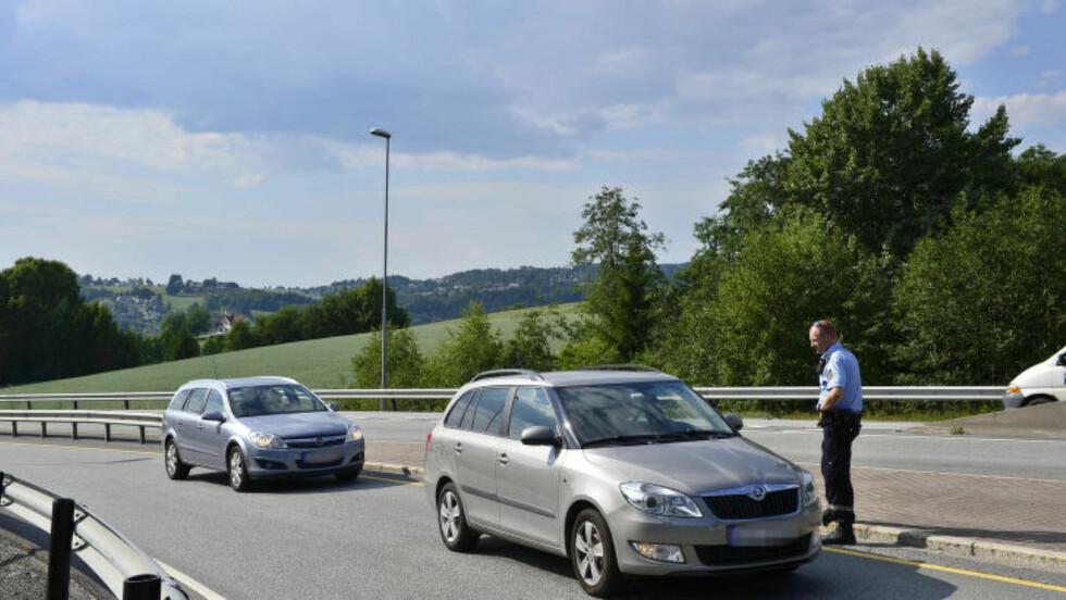 KONTROLLERER BILER: Her kontrollerer politiet biler etter ranet i Fetsund.  Foto : Benjamin Ward / Dagbladet