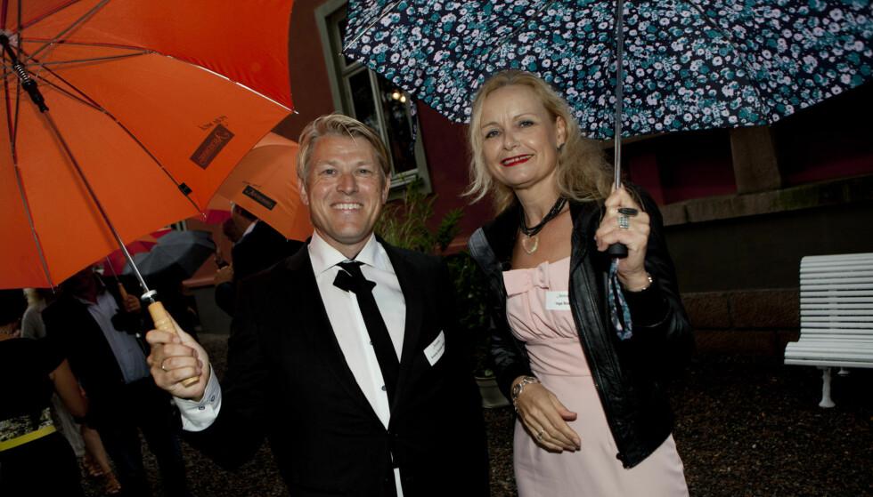 VÅTE OG BLIDE: Forfatterne Inga Bostad og Sverre Gunnar Haga på vei til fest, smilende, våte og blide.