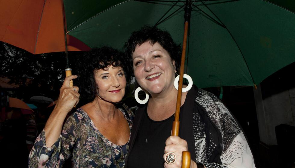 FESTVENNINNER: De er begge bokaktuelle denne uka, Unni Lindell og Anne B. Ragde, og og feiret det og hvert sitt 30 års jubileum med hagefest i regnet.