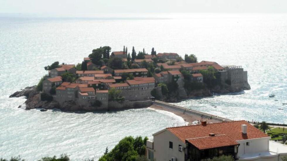 FLOTT BELIGGENHET: Bryllupet ble holdt i et lysthus på det luksuriøse feriestedet Sveti Stefan i Montenegro. Foto:AFP PHOTO / SAVO PRELEVIC / NTB Scanpix