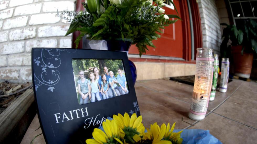 MINNES: Utenfor huset til familien Stay i Spring i Texas kom naboer og venner for minnes de drepte. Bare den eldste datteren overlevde. Foto: AP Photo/David J. Phillip