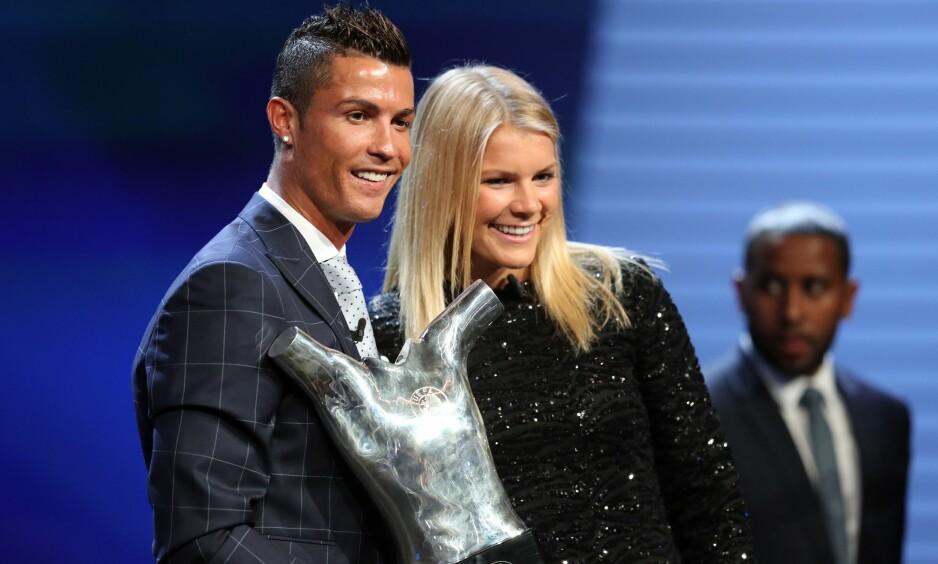 STJERNER: Ada Hegerberg på podiet i Monaco sammen med Cristiano Ronaldo etter å ha blitt kåret til årets beste fotballspiller i Europa. Foto: AFP PHOTO / VALERY HACHE / NTB Scanpix
