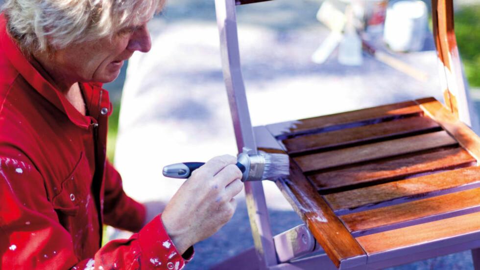 SØLEFRITT: Bruker du for eksempel malefilt under møblene du maler, sparer du mye søl og opprydding etterpå. Foto: KRISTIAN OWREN / IFI.NO