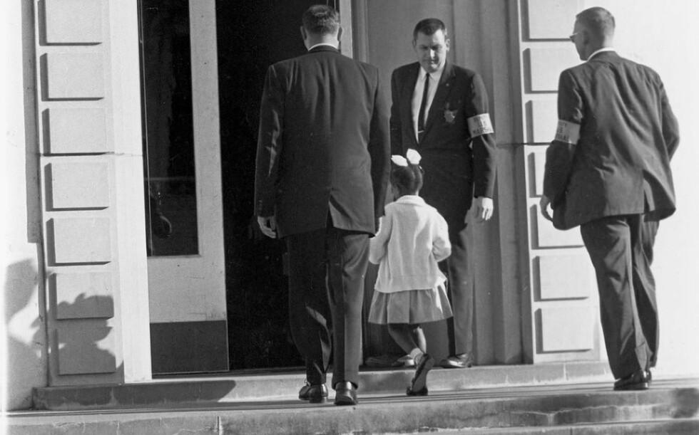 FORANDRET VERDEN:  Fulgt av tre Deputy U.S. Marshals, blant annet Charles Burks, gikk Ruby Bridges inn på den nylig intergrerte skolen  William Frantz school i New Orleans .Foto: AP/SCANPIX