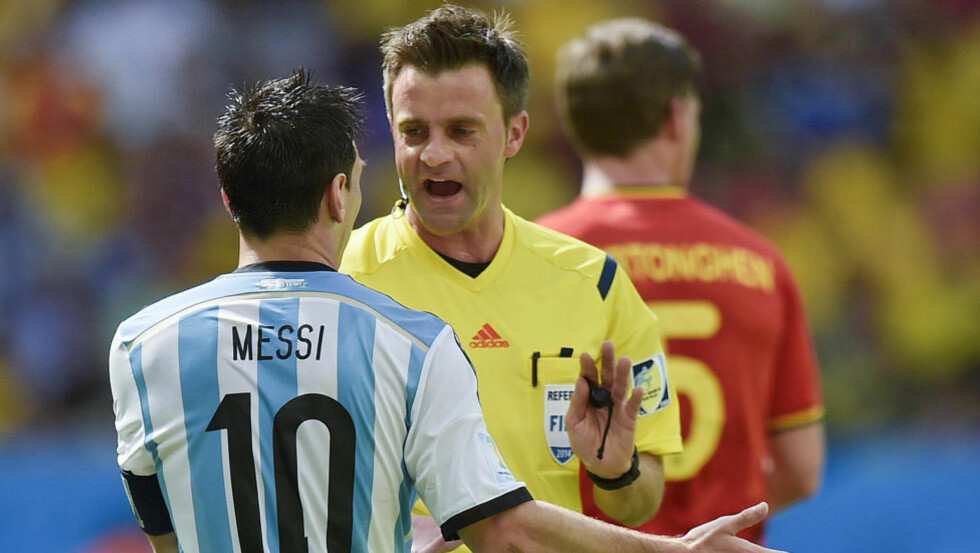 PRESTISJEOPPDRAG: Italienske Nicola Rizzoli dømmer Argentina - Tyskland på søndag. (AP Photo/Martin Meissner)