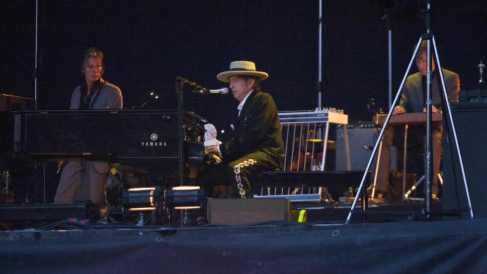 BAK PIANO: Ikke noe å si på stilen til denne 73-åringen. Bob Dylan trivdes bak pianoet. Foto: Anders Grønneberg