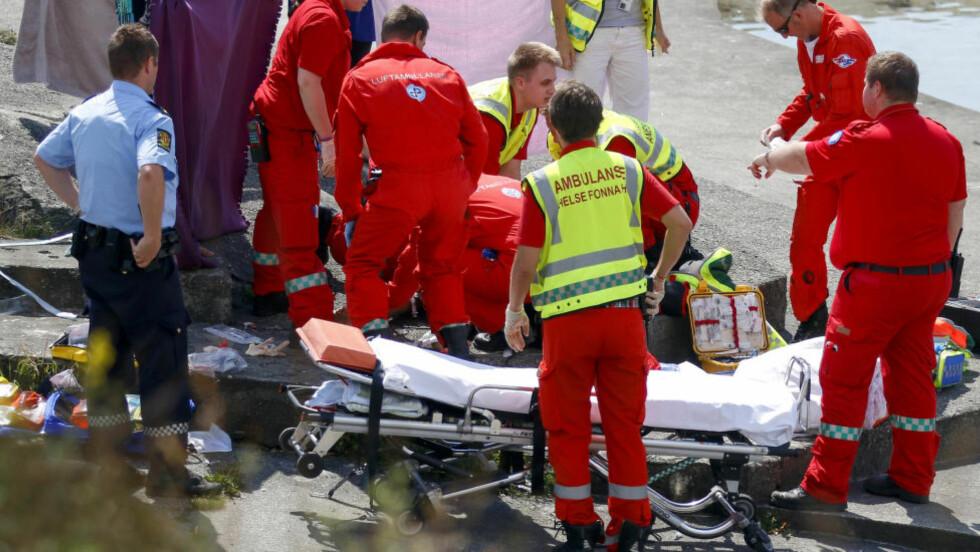 DØDE PÅ SYKEHUS:  Helsepersonell var raskt på stedet der den åtte år gamle jenta ble funnet i vannet i Kvalsvik i Haugesund torsdag ettermiddag. Lørdag formiddag melder Haukeland universitetssjukehus at jenta er død. Foto: Jan Kaare Ness, NTB Scanpix.