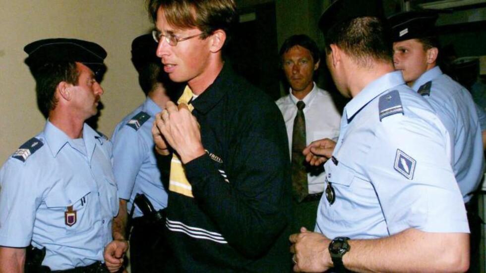 UNDER FESTINA-SKANDALEN: TVM og Bart Voskamp omringet av politiet under Festina-affæren i 1998. Foto: NTB Scanpix