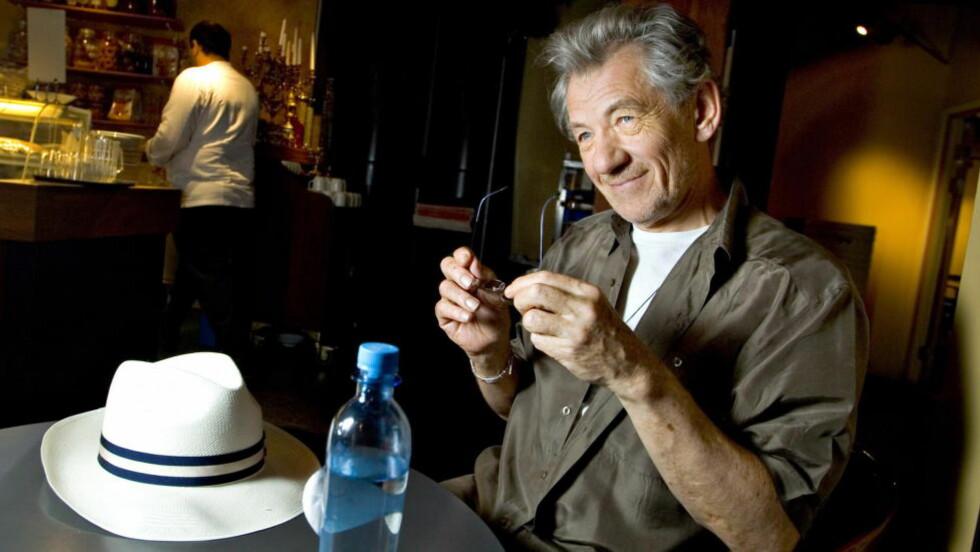 KLAR FOR DETEKTIV-ROLLE: Sir Ian McKellen ga en sniktitt på hvordan han ville se ut i den kommende filmen «Mr. Holmes». Foto: Bjørn Langsem / Dagbladet