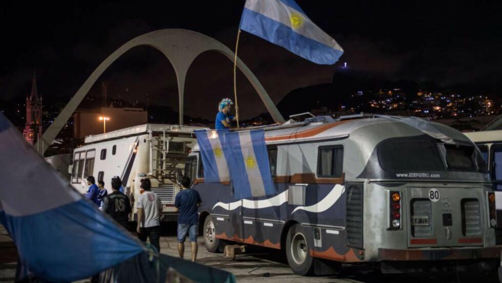 PÅ PLASS:  Rio de Janeiro tilhører argentinske fotballsupportere denne helga. Her fra Sambadrome. FOTO: NTB SCANPIX