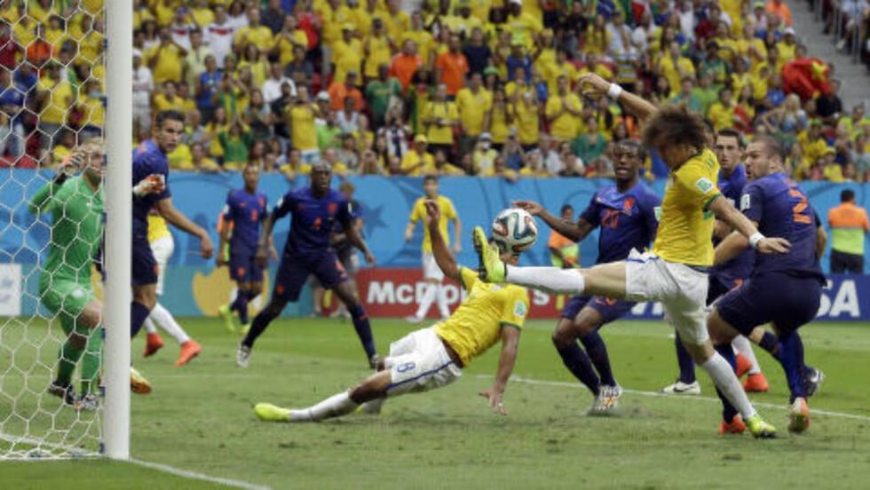 SÅ NÆR: Brasil var centimetre fra å redusere på tampen av første omgang. Foto: AP Photo / Hassan Ammar / NTB Scanpix