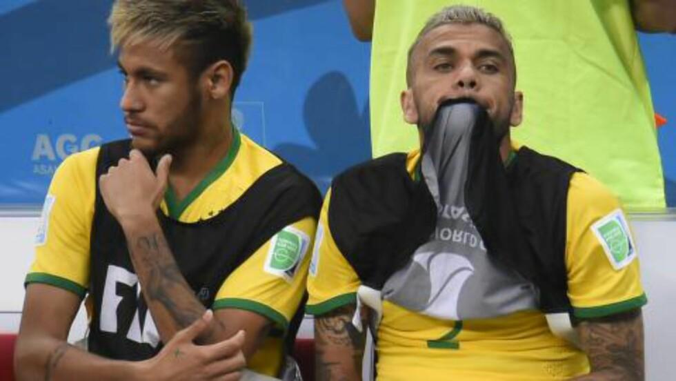 BESKRIVENDE: Neymar var tilbake på benken sammen med Dani Alves i kveld, selv om han ikke var klarert for spill. Foto: AFP PHOTO / FABRICE COFFRINI / NTB Scanpix