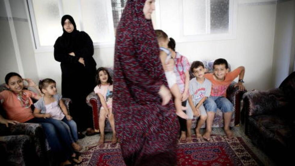 ALDRI ALENE: Mødrene Fatima Abdullah (31) og Wafa Habush (25) er alltid omringet av de 17 barna i bygningen, da ungene ikke tør å slippe dem av syne. - Jeg håper at denne krigen snart tar slutt sånn at barna våre kan få et normalt liv. Nå er det bare frykt, sier Fatima Abdullah (t.h).