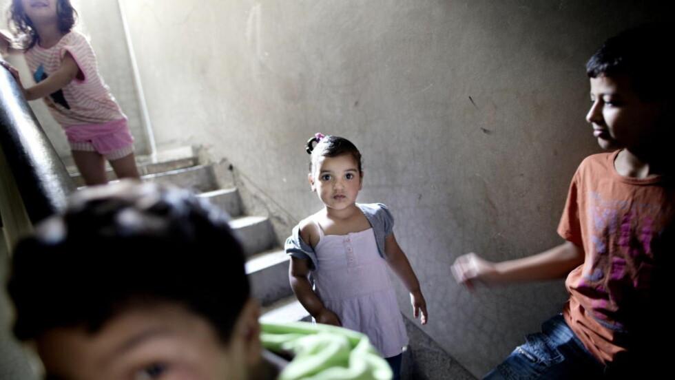 INNESPERRET: Det er sommerferie og barna leker i trappa. De tør ikke gå ut på gata lenger. 10-årige Mohamed (t.v) har mareritt og tisser i senga og 4-årige Tala (midten) sier bare en ting: «bomber, det kommer bomber». Alle foto: TOMM W. CHRISTIANSEN / DAGBLADET