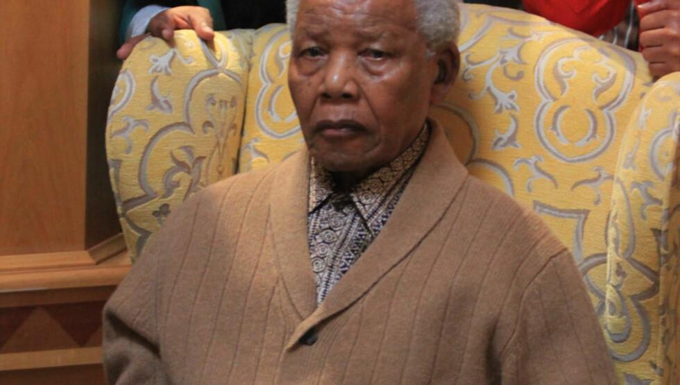 - UVERDIG: Desmond Tutu skriver at behandlingen av hans gode venn Nelson Mandela var «uverdig». Mandela ble holdt i live gjennom en rekke smertefulle sykehusopphold, og ble tvunget til å delta i en fotoseanse med politikere rett før han døde 95 år, skriver The Observer. Foto: AP/LULAMILE FENI/NTB SCANPIX