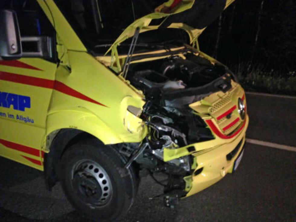 STORE SKADER: Ambulansen som traff den norske gutten, har store skader i fronten. Foto: RICHARD RÄDLER / DPA
