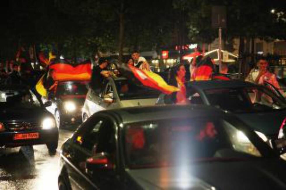 TYSKE FLAGG så langt øyet rakk - på Kurfürstendamm i natt.