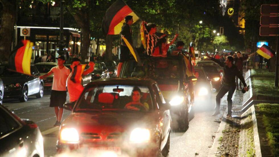 KURFÜRSTENDAMM i Berlin ble hurtig fylt av tusenvis elleville entusiaster.  Foto:Asbjørn Svarstad