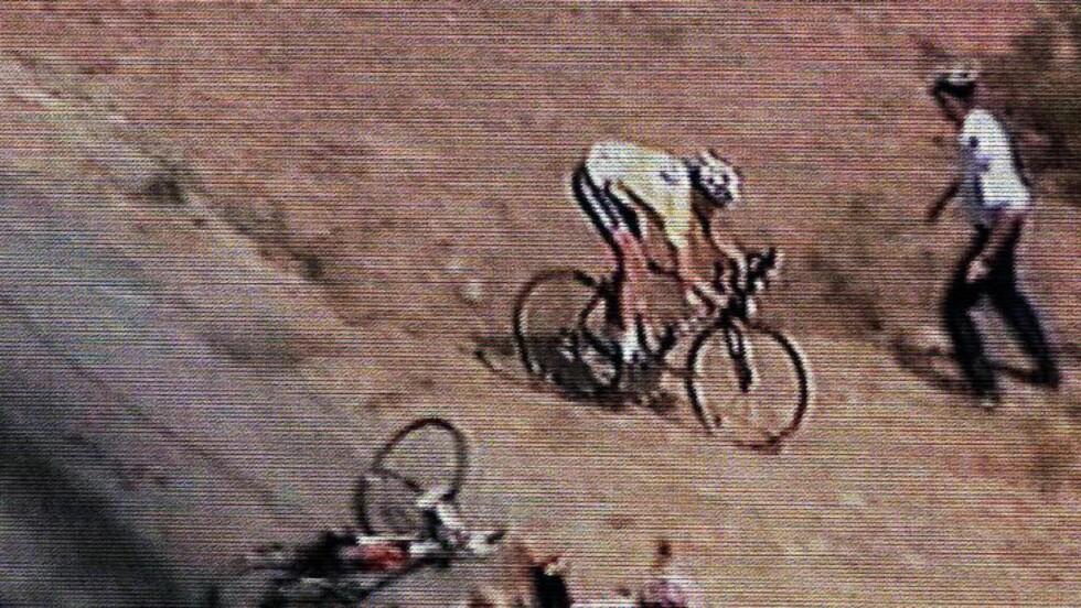 HELT PÅ JORDET: Lance Armstrong tok flere snarveier i 2003 da han måtte styra unna Beloki som veltet foran. Foto: ASO