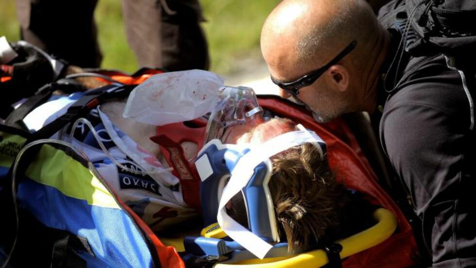 SURSTOFF: Jens Voigt ble umiddelbart behandlet og kjørt rett til sykehuset etter skrekkvelten i 2009. Foto: Tim de Waele