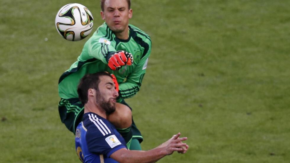 STYGT: Manuel Neuers kne kunne i verste fall ha ført til at Gonzalo Higuáin fikk epudiral blødning, som i ytterste konsekvens er dødelig. Heldigvis gikk det bra. Foto: David Gray / Reuters / NTB Scanpix
