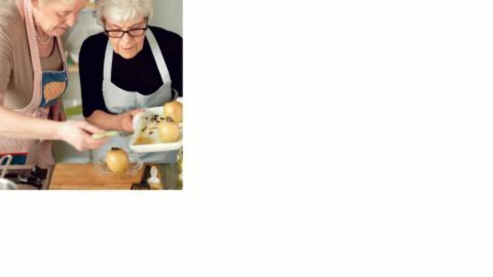 SAMMEN PÅ KJØKKENET: Her er Liv og Ingrid sammen på kjøkkenet. Bildet er hentet fra boka «90 retter til Ingrid Esepelid Hovig». Foto: Studio Dreyer Hensley / Gyldendal