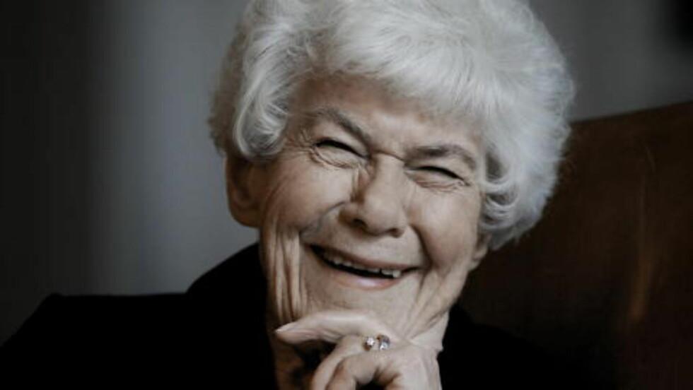 HELE NORGES MATMOR:  Ingrid Espelid Hovig fyller 90 år i år, og blir hyllet med ei bok. Hun forteller at hun og Liv er gode venner, og syns hun var til fantastisk hjelp i «Fjernsynskjøkkenet». Foto: Jørn H. Moen / Dagbladet