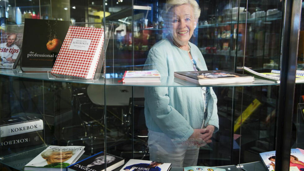 Kokken i kulissene: I 12 år sto Liv Gregersen Kongsten i kulissene og laget mat for tv-kokken Ingrid Espelid Hovig. Selv ville hun aldri på tv. Her står hun blant kokebøkene på Mills-fabrikken, hennes arbeidsplass i 49 år. Foto: Benjamin A. Ward / Dagbladet