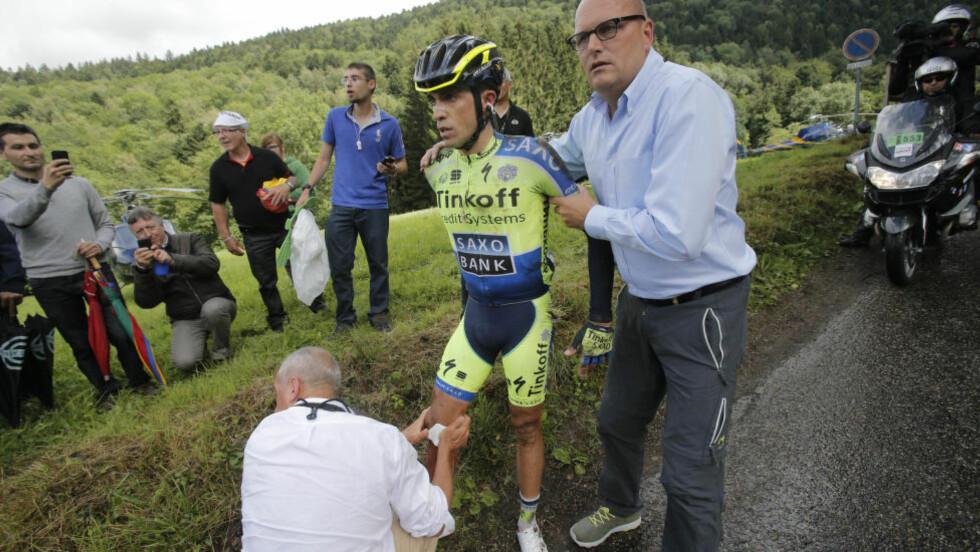 MÅTTE BRYTE.  Storfavoritten måtte bryte Tour de France etter å ha krasjet i en utforkjøring. Foto: AP Photo/Christophe Ena