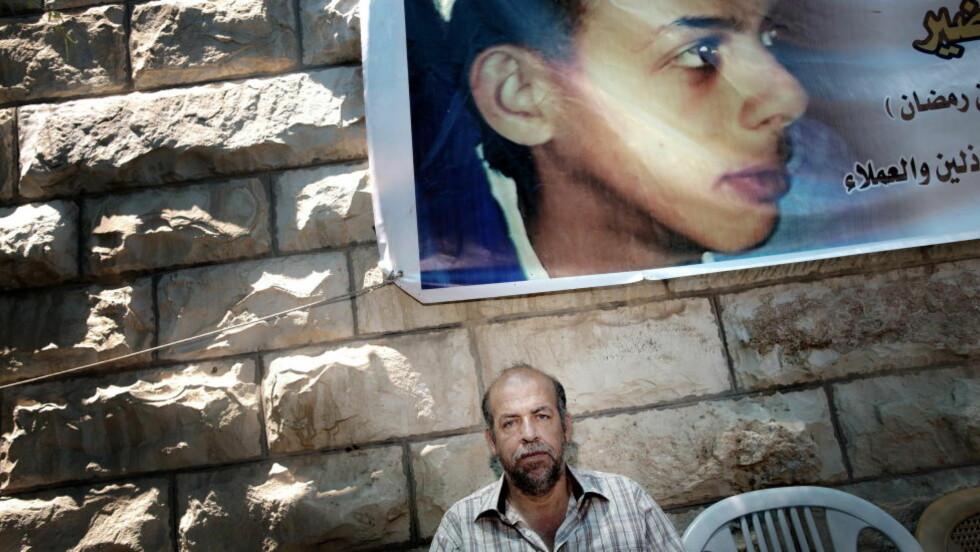 I DYP SORG: Like etter fredagsbønnen kommer far Hussein Abu Khdeir og setter seg tungt ned under plakaten av sønnen, den livsglade 16-åringen Mohamed Abu Khdeir. Gutten ble kidnappet utenfor huset deres, før han ble brent til døde og forlatt i skogen av unge israelske bosettere for en uke siden. - Jeg håper israelerne snart gir oss fred, sier faren. Nå vet politiet mer om hva som skjedde med gutten hans. Alle foto: TOMM W. CHRISTIANSEN Foto: Tomm W. Christiansen / Dagbladet