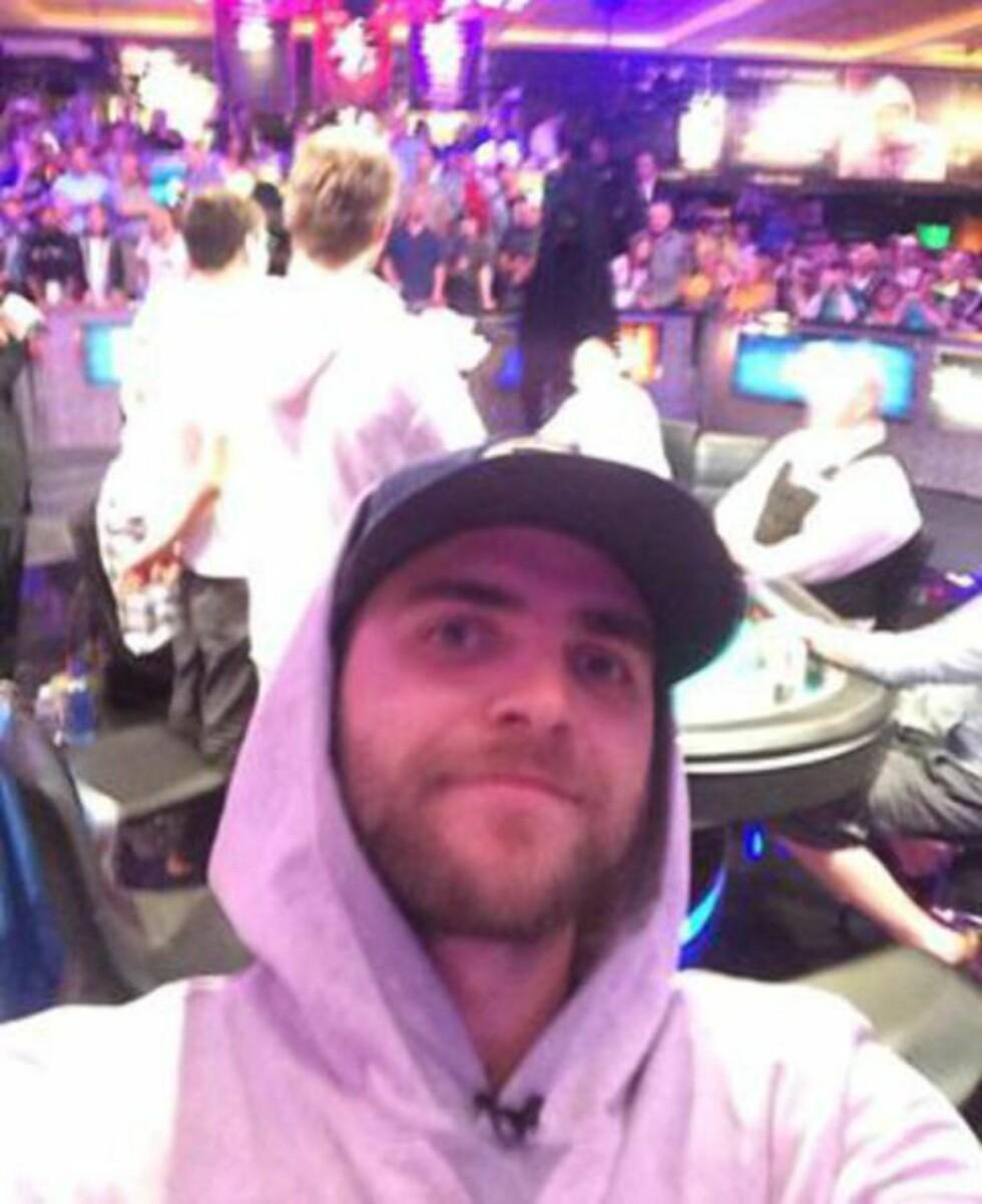 ROOOLIG:  Felix Stephensen tok seg tid til en «selfie» mens han spilte om millioner av kroner. Foto: Twitter