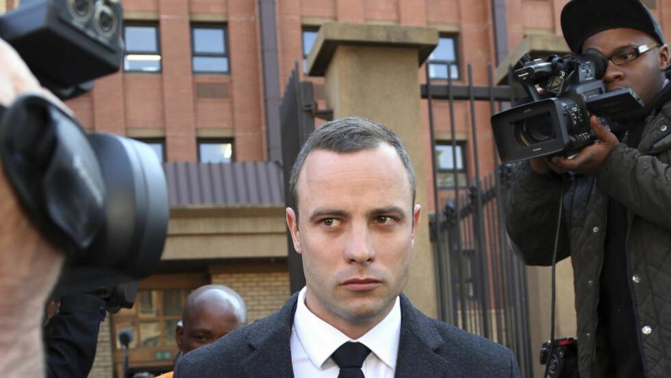 NY BESKYLDNINGER: Oscar Pistorius anklages av vitne for bråk på nattklubb i Sør-Afrika lørdag kveld. Foto: AP Photo/Themba Hadebe