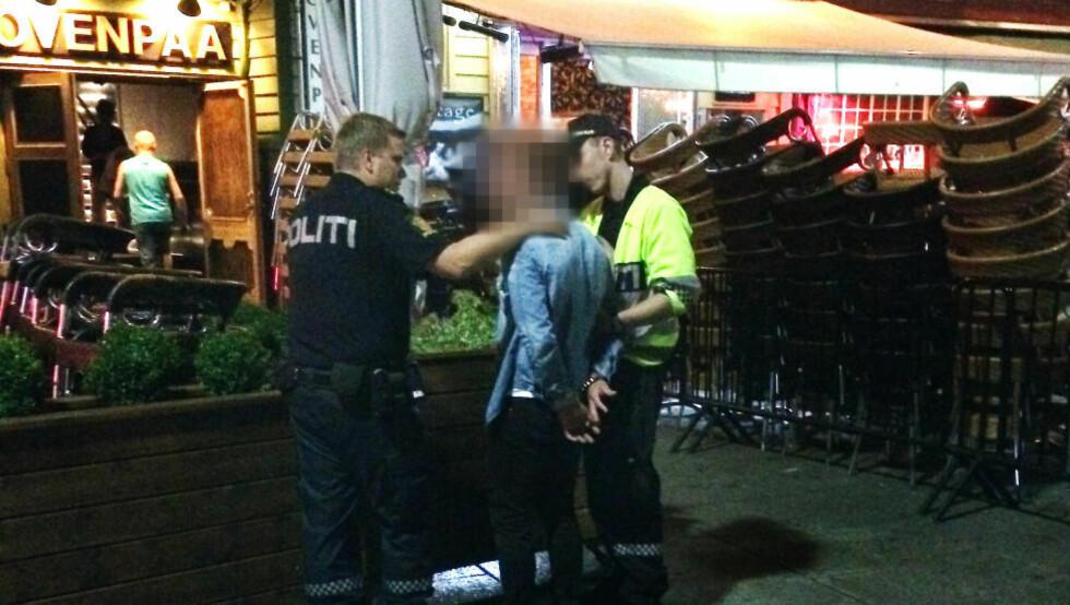 I HÅNDJERN: Viking-spilleren ble lagt i bakken av vektere, så påført håndjern av politiet i Stavanger sentrum klokken 01.40 natt til mandag. Foto: Vitne