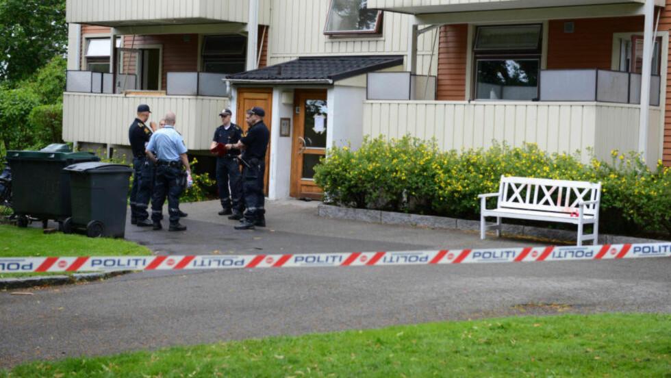 PÅGREPET ETTER KNIVSTIKKING: Politiet rykket ut med våpen til boligblokka på Refstad. Foto: REMI PRESTTUN
