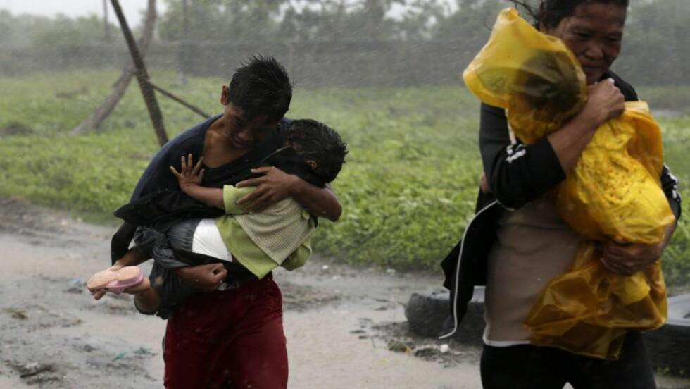EVAKUERER: Filippinere må evakuere på grunn av tyfonen Rammasun. Foto: EPA/FRANCIS R. MALASIG