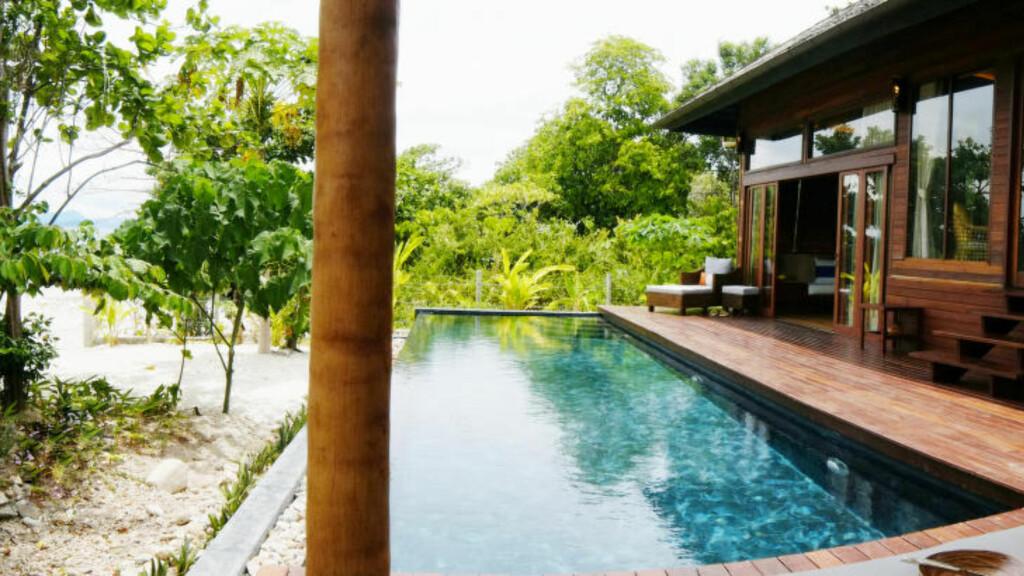 MORGENDUPP: De største bungalowene har egne private svømmebasseng. Her kan du ta deg en fullstendig usjenert morgendukkert. Foto: TORMOD BRENNA