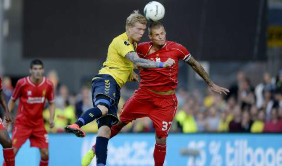 TØFFE TAK:  Brøndbys Simon Makienok i duell med Liverpools Martin Skrtel. Foto:AFP Photo / / Scanpix DENMARK / Liselotte Sabroe