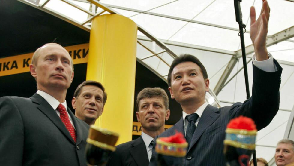 GAMLE KJENTE: Her er FIDE-president Kirsan Iljumzjinov (t.h.) sammen med Russland-president Vladimir Putin i Sotsji i 2006. Foto: AFP PHOTO / PRESIDENTIAL PRESS SERVICE / NTB Scanpix