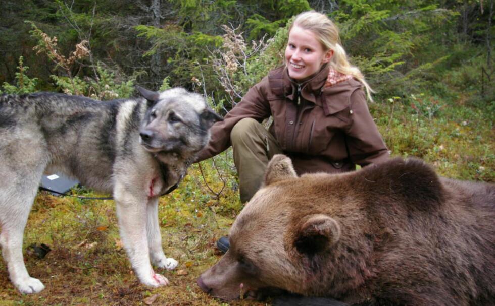 BJØRNEJAKT: Ida Nymoen (24) har jakta bjørn i seks år, og er den eneste jenta som har skutt det store rovdyret i Norge. Dette bildet er fra Tynset i 2010 og hun har akkurat skutt sin første bjørn. Foto: PRIVAT