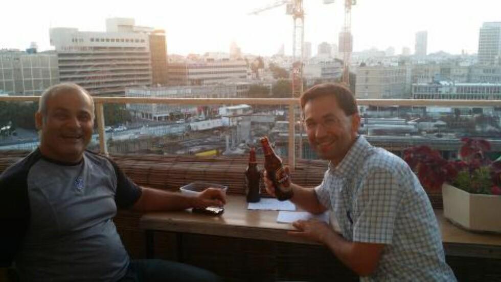 GRÜNDER-ORGANISASJON: Jørn Lein-Mathisen jobber ikke lengre for Israel, men har fremdeles koblinger til landet. Her inngår han en næringsavtale mellom gründer-organisasjon Siliconfjord og Silicon Wady i Tel Aviv.