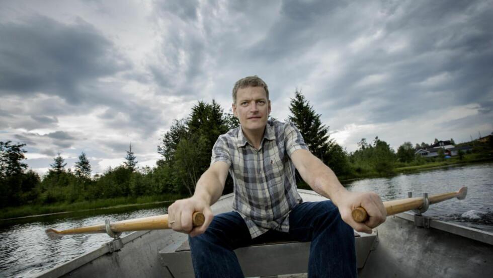OVER VANNET: Hjemme i Elverum hypper Lars Mytting poteter nær vannet hvor han tar seg en liten rotur i blant. Foto: ANITA ARNTZEN